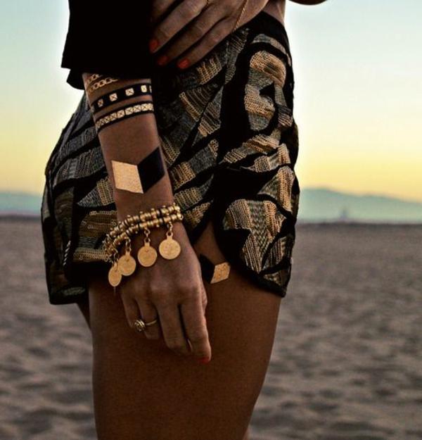 sur-le-plage-mer-pantalons-courtes-henné-noir-or-bijou-or