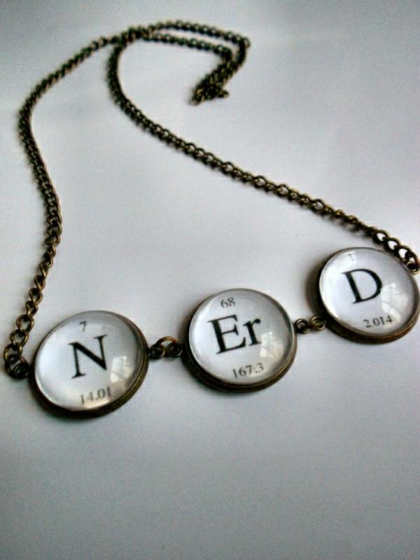 Fete-cadeau-geek-idee-originale-nerd-table-mendeleev