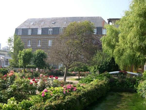 Legrand-Vue-village-Veules-les-Roses-fleurs