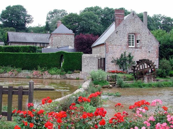 Les-Cressonnières-fleurs-rouges-maison