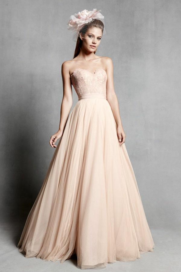 Robe-de-mariée-rose-tenue-fleur-sur-tete