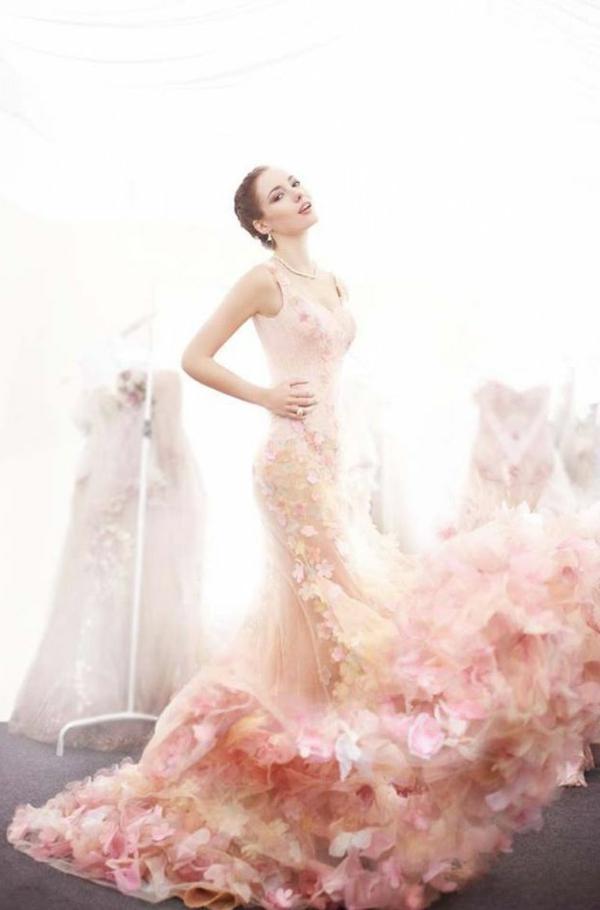 Robe-de-mariée-rose-tenue-publicite