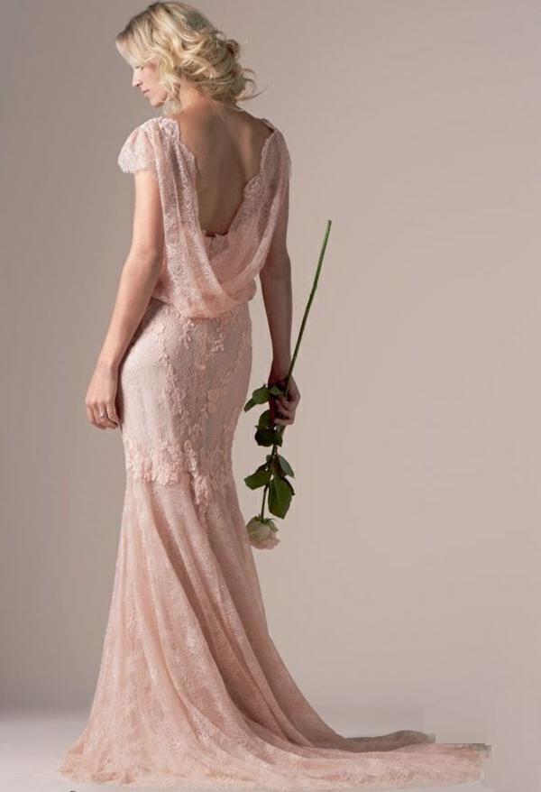 Robe-de-mariée-rose-tenue-rose-fleur-sur-main