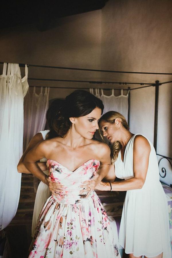 Robe-rose-fleurie-mariée-élégante-preparation