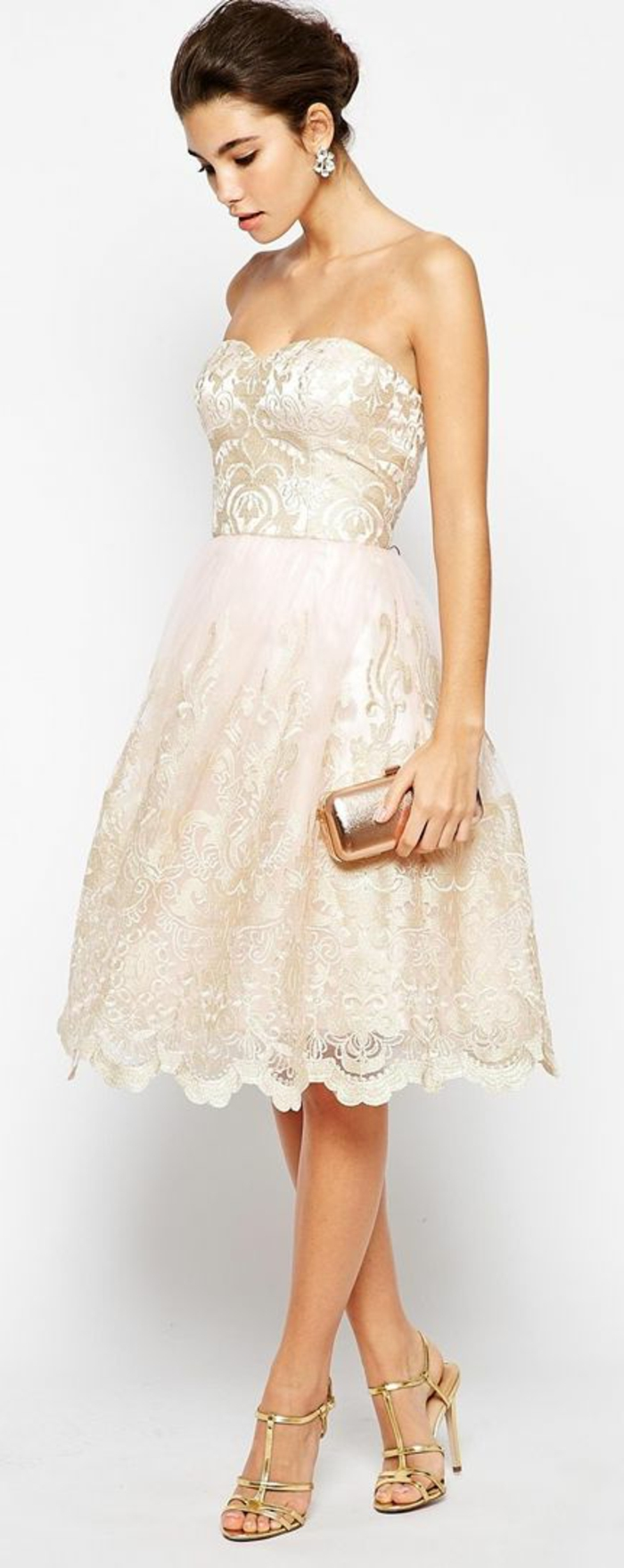 Robe-témoin-marriage-courte-beige-doree-sandales