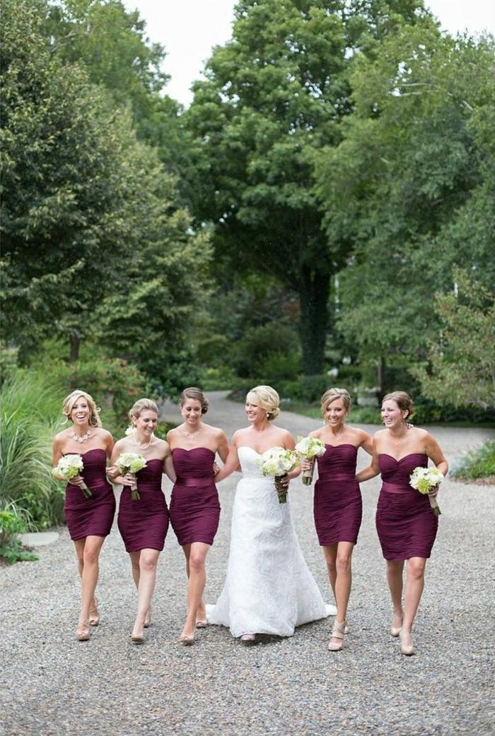 Robe-témoin-marriage-jolie-rouge-bouquet-de-mariee
