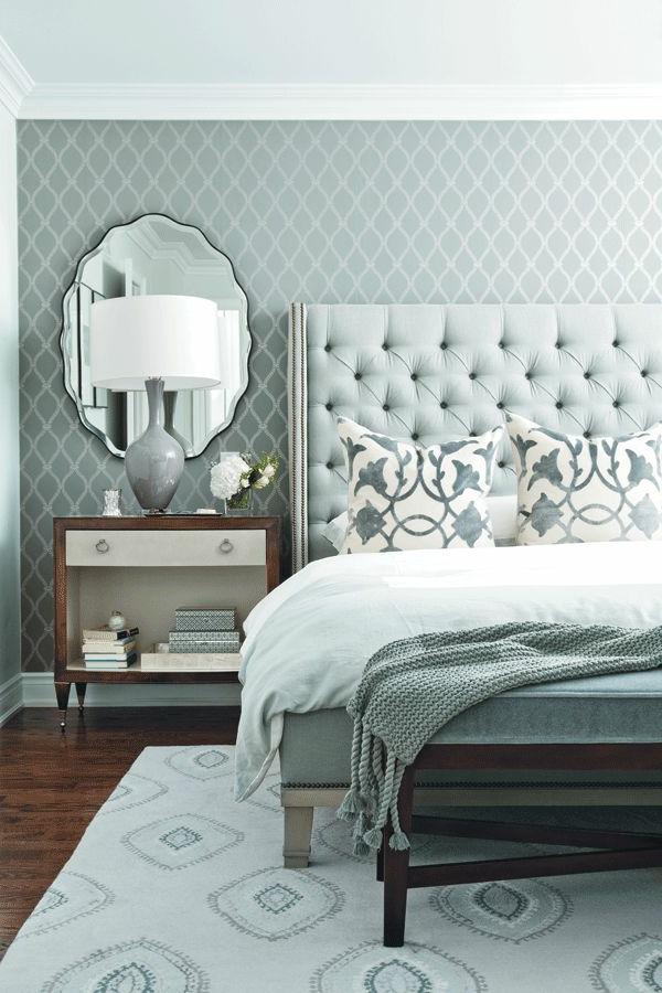 Table-de-chevet-idée-décoration-chambre-gris-tapis-table-de-lit-miroir-lampe