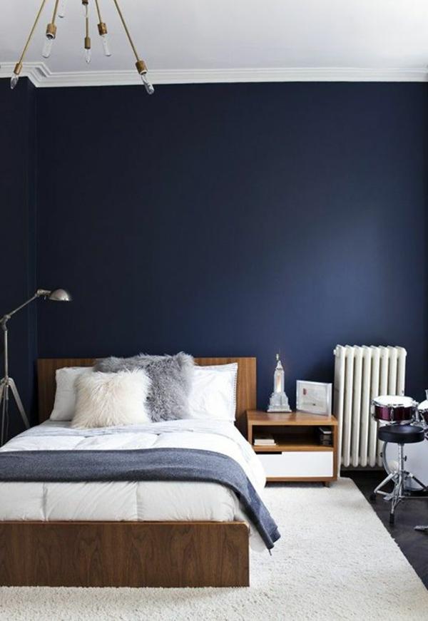 Table-de-chevet-idée-décoration-mur-bleu-foncée-comme-la-nuit