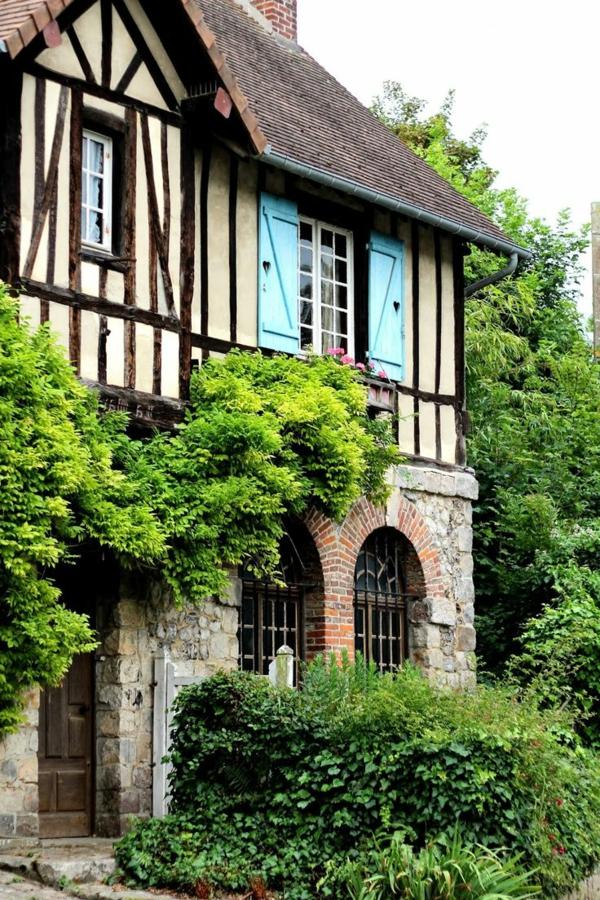 Veules-murs-blancs-les-Roses-maison-jolie-plantes-verts