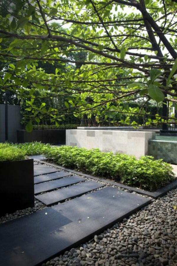 allées-de-jardin-des-pas-japonais-sur-du-gravier