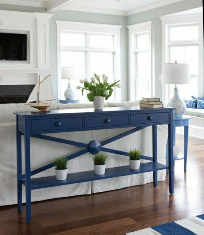 aménagement-bleu-blanc-sol-en-parquet-foncé-chambre-commode-fenetres-lampe-blanche
