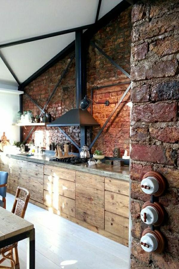 aménagement-industriel-cuisine-murs-briques-table-et-chaises-en-bois