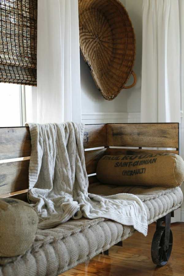 aménagement-industriel-mobilier-sol-en-parquet-canapé-en-bois-gris-beige