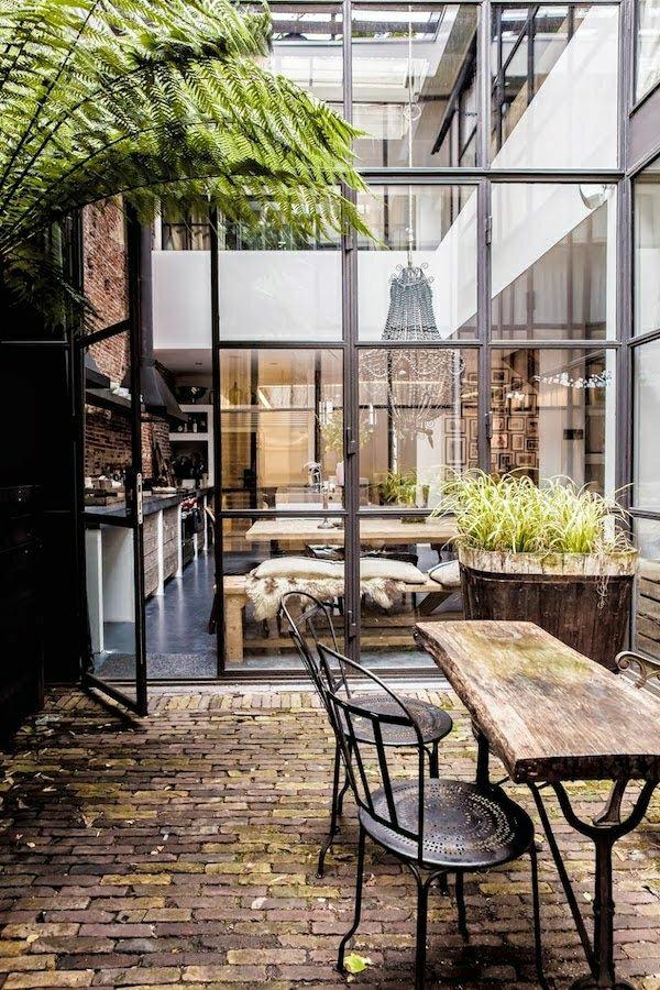 aménagement-industriel-plantes-vertes-table-basse-industrielle-chaise-en-fer
