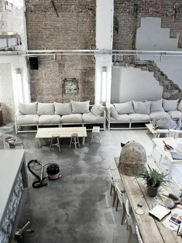 aménagement-intérieur-industriel-canapé-gris-coussins-table-en-bois-industrielle