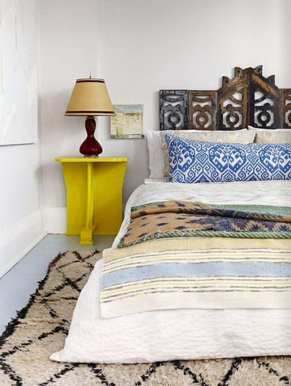 ambiance-cocooning-parquet-plancher-sol-en-lin-gris-table-de-chevet-jaune-en-bois-tete-de-lit