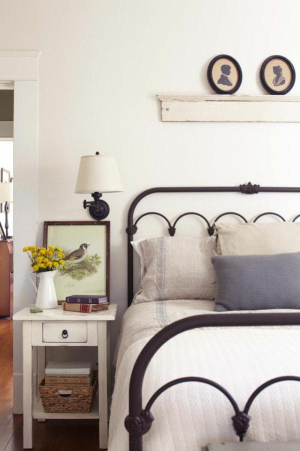 ambiance-commode-chambre-à-coucher-murs-blancs-lit-en-fer-forgé
