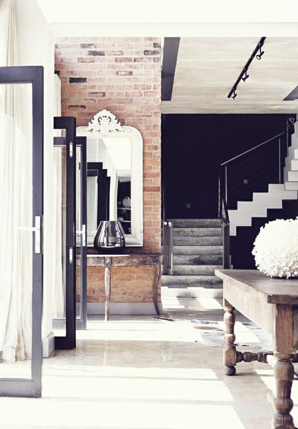 ambiance-industrielle-mobilier-industriel-escalier-gris-rambarde-murs-briques
