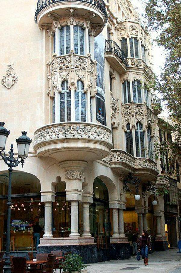 architecture-classique-appartement-extérieur-balcon-fenetres-grandes-femme-marcher