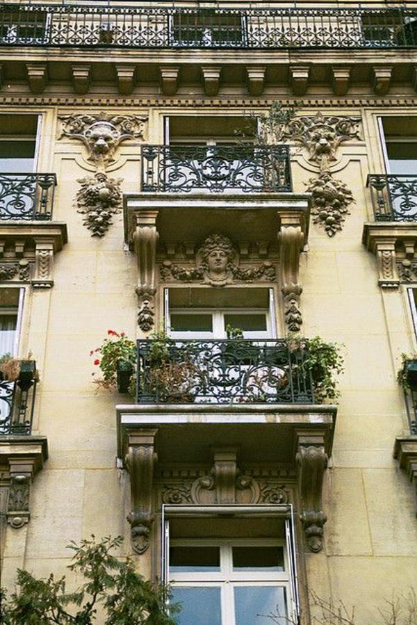 architecture-classique-maison-extérieur-appartement-fleurs-balcon