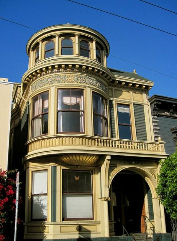 architecture-de-style-classique-façade-balcon-fenetres-maison-ancienne