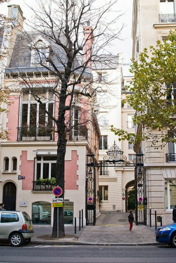 architecture-de-style-classique-façade-rose-blanc-fenetres