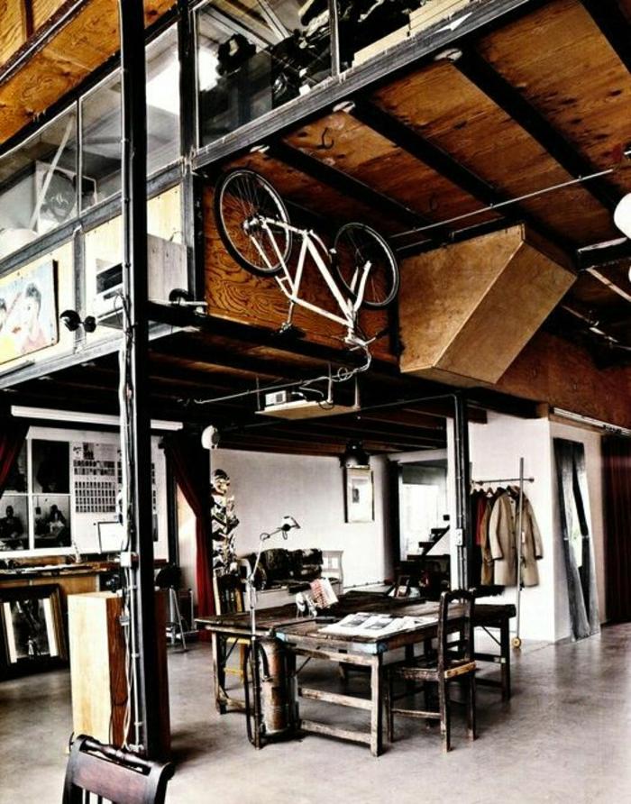 atelier-atypique-loft-paris-maison-plafond-haut-en-bois-décoration-avec-vélo