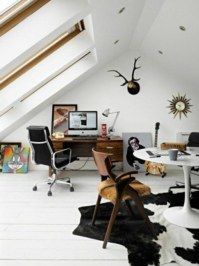 atelier-sous-pente-sol-plancher-tapis-en-cuir-animal-mur-blanc-sous-pente-décoration-murale
