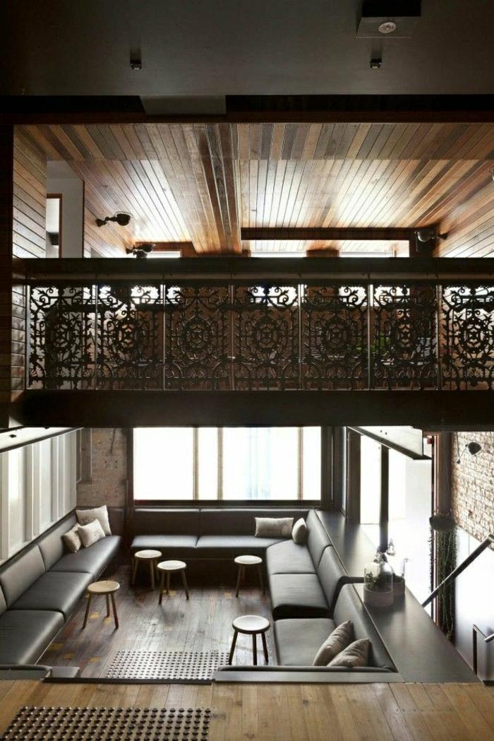 atelier-vaste-déco-en-bois-intérieur-cocooning-chambre-vaste-meuble-en-cuir-coussins