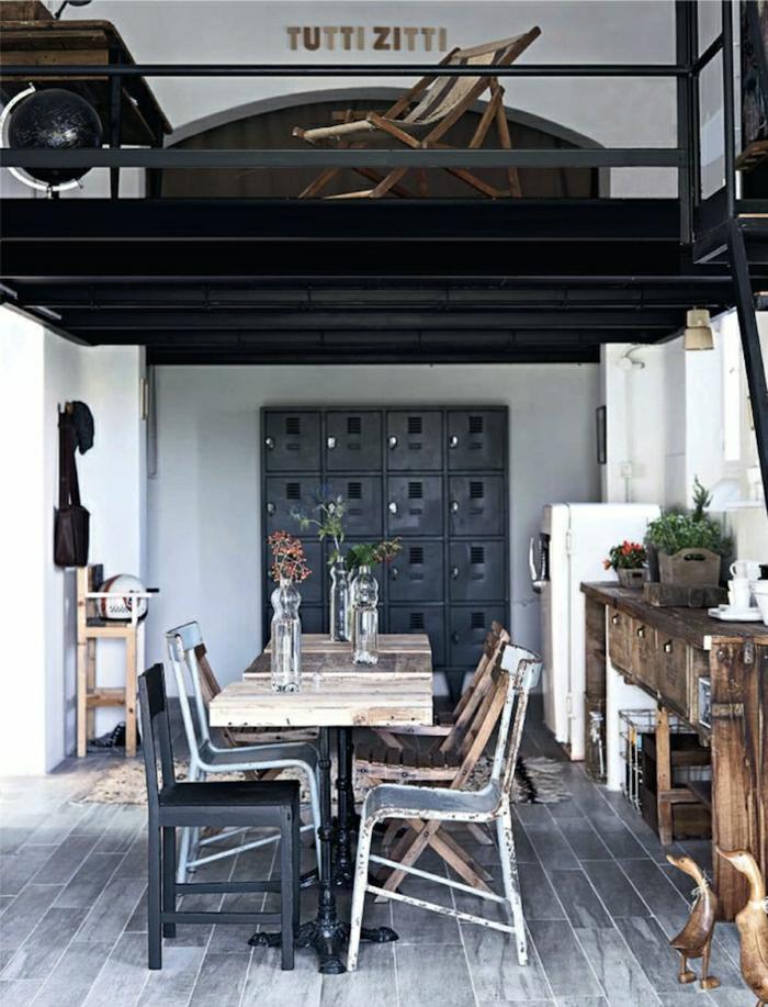 ateliers-et-lofts-plafond-haut-table-chaises-meubles-industriels-commode-en-bois-plafond-noir-vintage