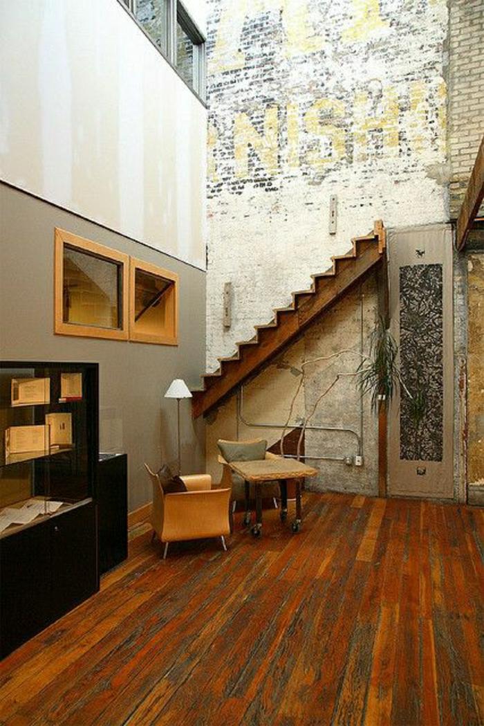 ateliers-et-lofts-salon-sol-en-parquet-escalier-rétro-meubles-industriels-sol-en-bois