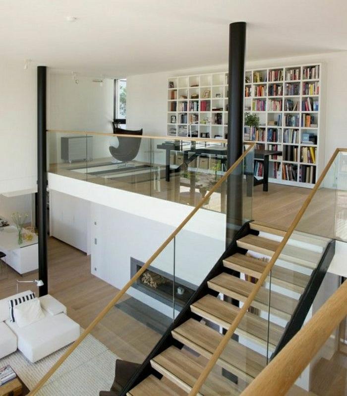 ateliers-lofts-plafond-haut-escalier-en-bois-salon-vaste-canapé-en-cuir-blanc-bibliothèque