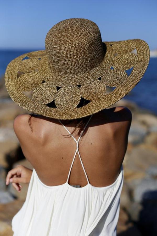 au-bord-de-la-mer-chapeau-paille-top-blanc