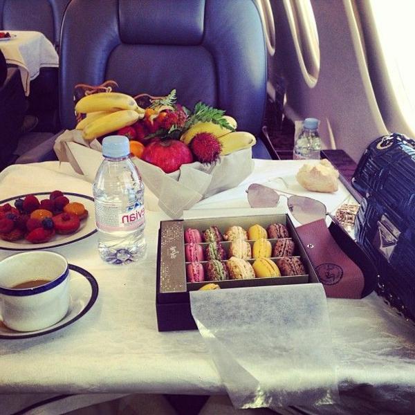 avion-jet-privé-déjeuner-luxe