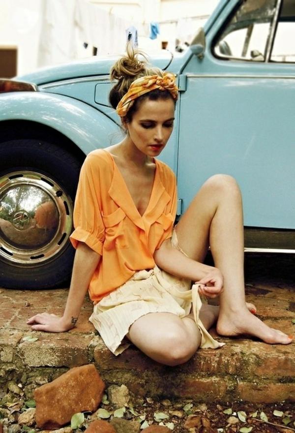 bandeau-cheveux-fille-chemise-orange-rétro-voiture