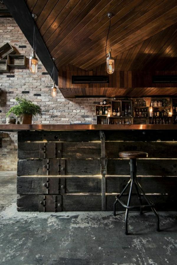 bar-industriel-mur-en-brique-plantes-vertes-bar-en-bois-lampe-industrielle
