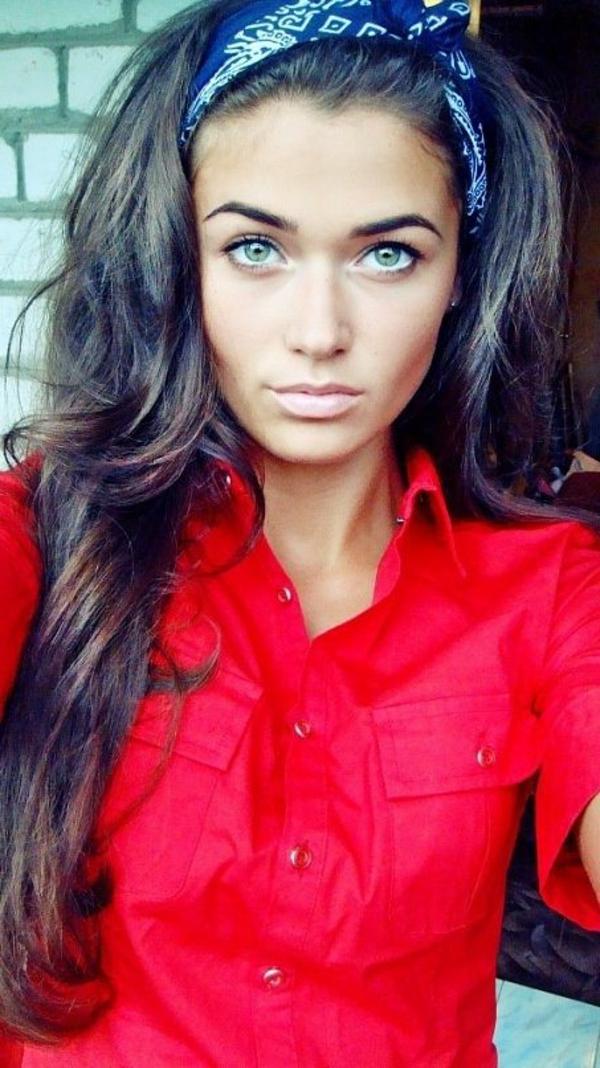 barette-cheveux-blanc-noir-fille-chemise-rouge