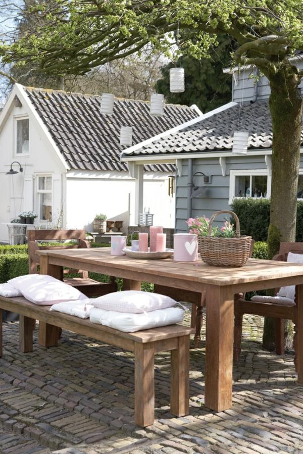 basse-table-en-bois-de-jardin-maison-cour-fleurs