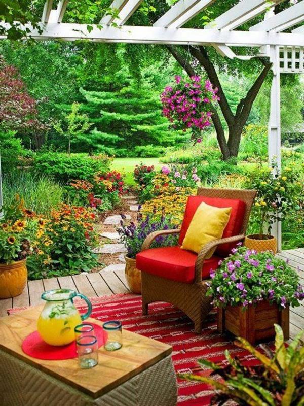 basse-table-en-bois-tapis-coloré-jardin-vert-fleurs