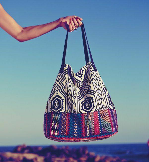 beau-sac-de-plage-en-tissu-coloré-femme-mode-bohémien