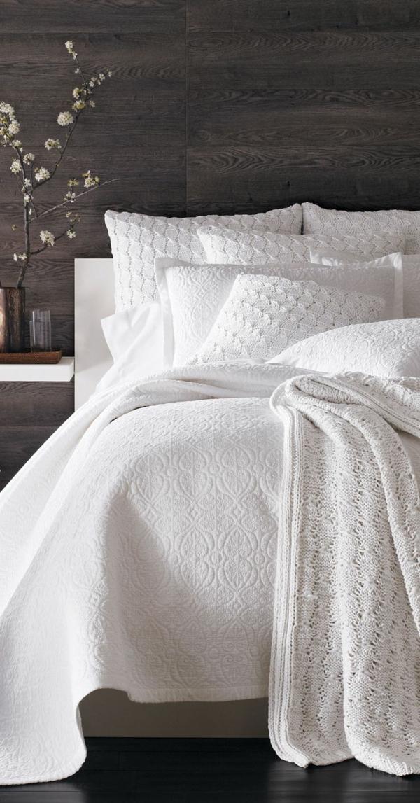 belle-couvre-lit-boutis-blanc-pièce-décoration-arbre