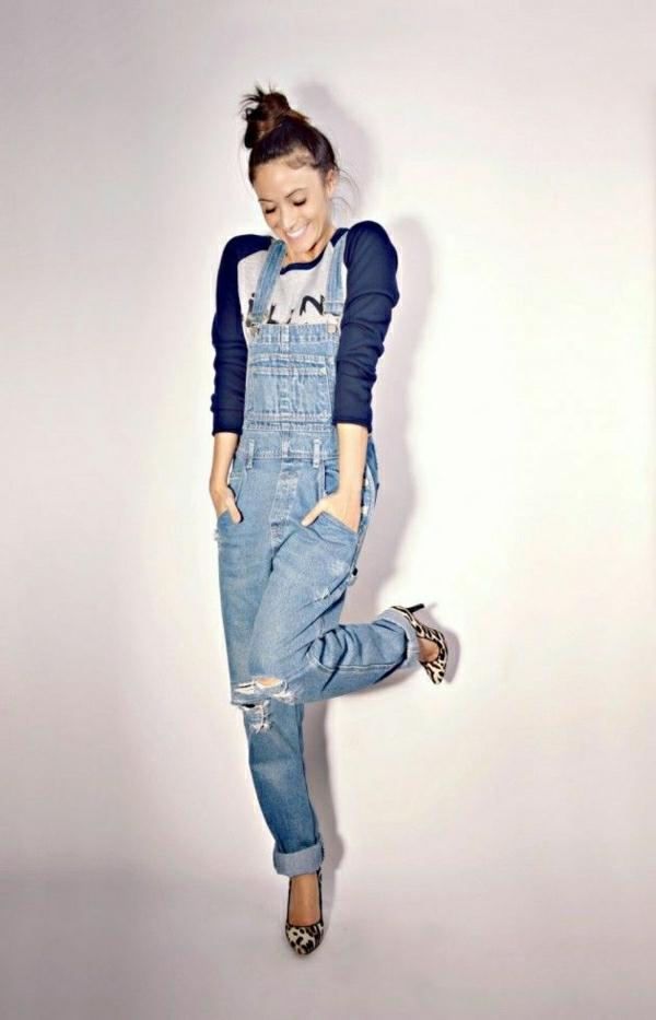belle-femme-négligente-avec-une-salopette-talons-hauts-t-shirt-bleu