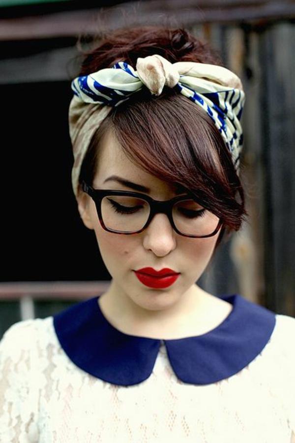 belle-fille-avec-bandeau-cheveux-blanc-bleu