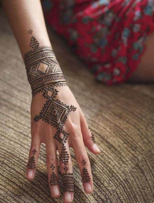 belle-main-henne-tatouage-noir-geometrique