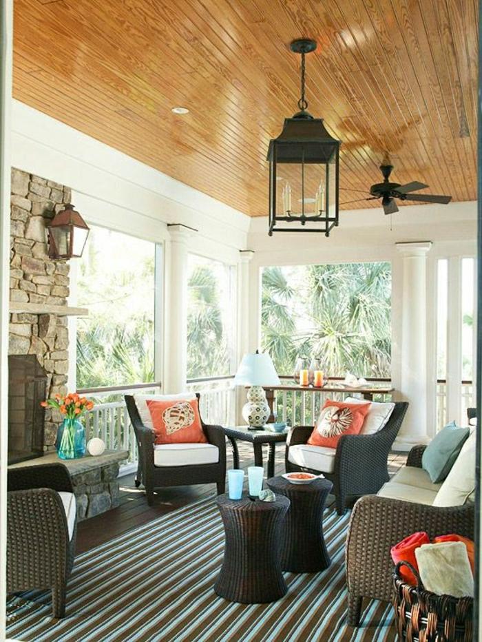 belle-véranda-avec-ventilateur-de-plafond-en-bois-belle-vue-chaises-table-de-jardin