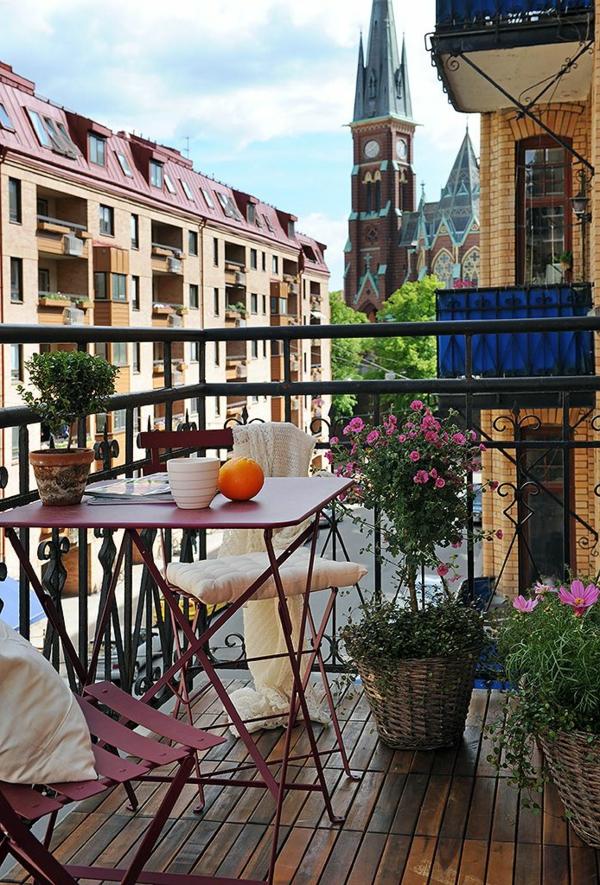 belle-vue-balcon-terrasse-aménager-petit-espace-petites-tables-de-jardin-rouge