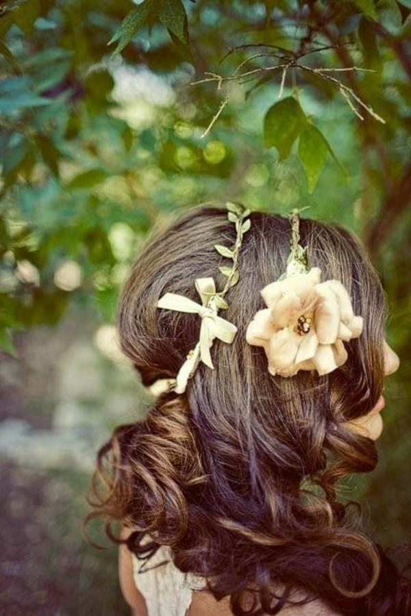 bijoux-de-cheveux-brunette-fille-fleurs-coiffure-brunette