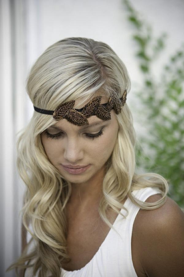 blonde-fille-cheveux-blond-doré-levres-grands