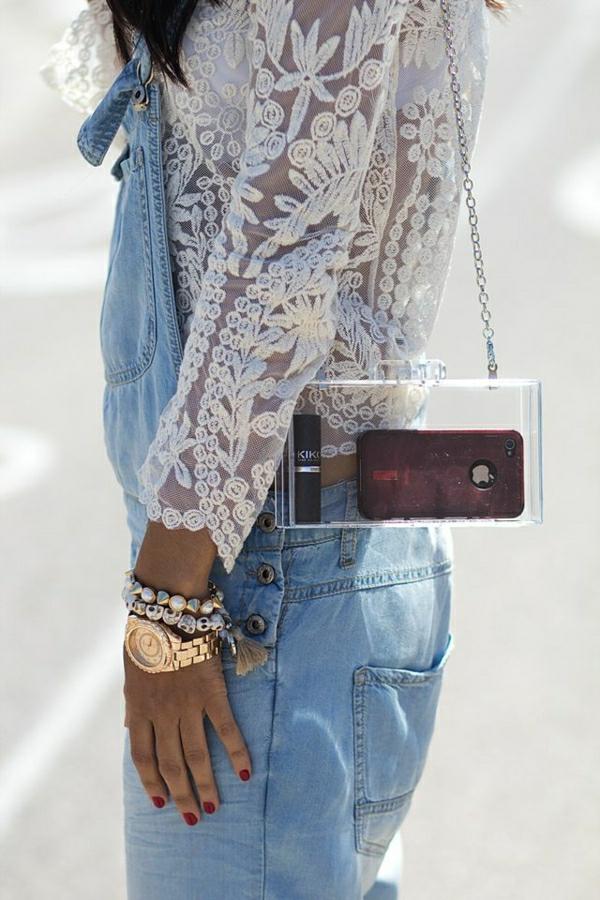 blouse-en-dentelle-blanche-sac-bandoulière-intéressant-transparent-bijou