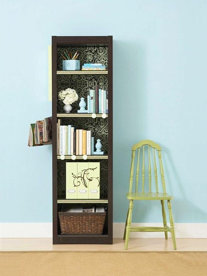 boite-de-rangement-meuble-d-appoint-mur-bleu-chaise-en-bois-verte